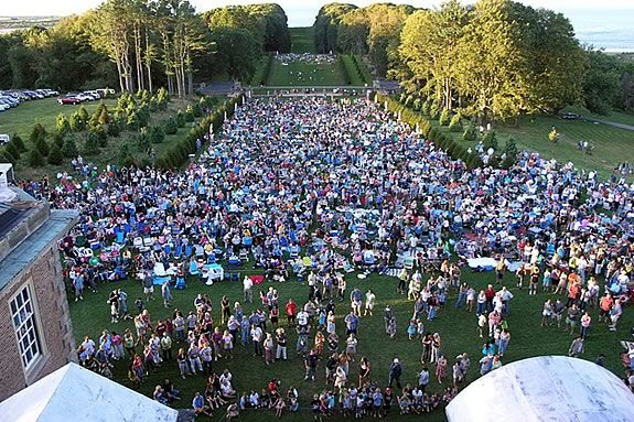 Come enjoy a picnic concert with the kids under the stars on the Grande Alllée.